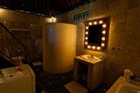 oświetlenie łazienkowe wokół lustra