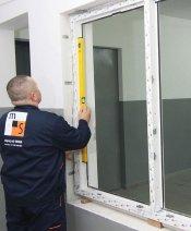 Sprawdzanie pionów i poziomów ramy okna